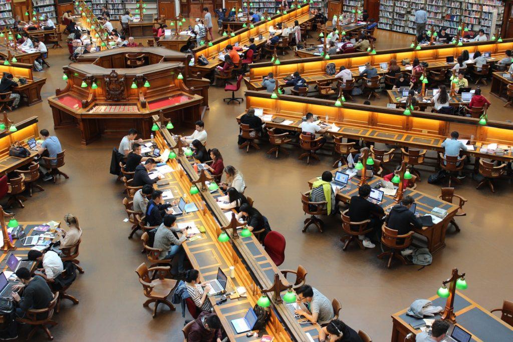 Se incrementa la cantidad de españoles con estudios superiores